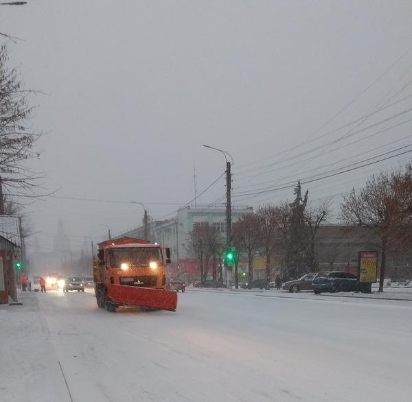 У зв'язку з погіршенням погодних умов, в Охтирці з 7.00 години ранку на вулицях міста працює комунальна техніка